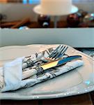 Couverts et une serviette de table sur une plaque pour le dîner de Noël