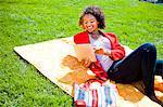 Ein junges Mädchen mit einem Tablettgerät außerhalb.