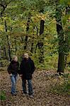 Senior couple promenade dans les bois