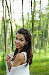 jeune femme regardant par dessus son épaule et souriant