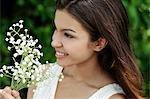 Profil von young Woman looking at Blumen