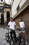 junges Paar mit Fahrrädern holding Karte und Nachschlagen