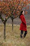 jeune femme debout dans le verger de pommiers