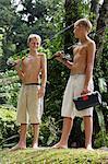 deux jeunes garçons aux engins de pêche