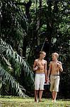 jeunes garçons aux engins de pêche