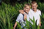 jeunes garçons en champ