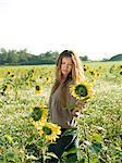 Junge Frau im Feld von Sonnenblumen