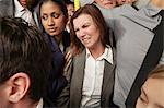 Femme et homme avec des aisselles en sueur sur la rame de métro bondé