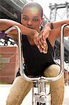 Porträt einer jungen Frau auf Fahrrad Lenker