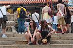 Visiteurs étrangers partage l'atmosphère du festival Bun au Temple de Pak Tai, Cheung Chau, Hong Kong