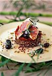 Filets de rougets poêlés avec quinoa rouge et tomates confites