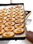 Biscuits d'amande d'abricot confiture sur une plaque à pâtisserie, Toscane