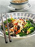 Gebratene Spinat mit Bambussprossen, schwarzen Pilzen und Pinienkernen