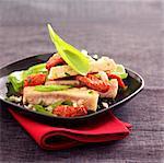 Thon, tomates séchées au soleil et salade de basilic