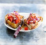 Rote Zwiebel, Tomate und Thunfisch Bruschetta