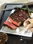 Sauce à steak, d'herbe et de Chimichurri grillades de boeuf épais