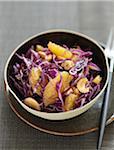 Salade de chou, orange et noix de cajou rouge