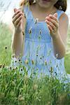 Papillon sur les fleurs sauvages, fille aux mains d'essayer d'attraper
