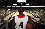 Basketteur regardant vers le bas au stade, vue arrière