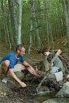 Père et fils, jouant dans les bois