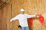 Reifen männlichen Bauarbeiter mit einem elektrischen Draht