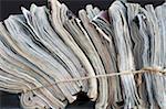 Magazines attaché avec une ficelle pour recyclage