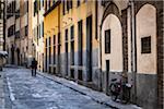 Mann zu Fuß auf der schmalen Straße, Florenz, Toskana, Italien