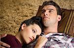 Jeune couple allongé sur le sol