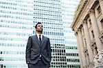 Geschäftsmann sucht in der Ferne im Bankenviertel