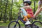 Fille de mère aidant à aller à bicyclette