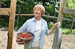 Frau Betrieb Sieb mit Erdbeeren