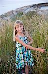Portrait de jeune fille souriante debout dans les hautes herbes