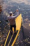 Aviron paddle board dans l'eau, vue surélevée de l'homme