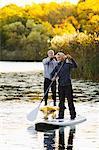 Deux personnes sur les conseils de pagayer sur la rivière