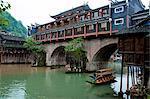 Tuo rivière et le pont couvert de toit à la vieille ville de Phoenix, Zhangjiazie, Hunan, Chine