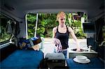 Femme à vaisselle dans un camping-car, Byron Bay, New South Wales, Australie, Pacifique