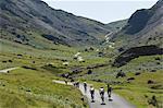 Radfahrer aufsteigender Honister Pass, Lake District-Nationalpark, Cumbria, England, Vereinigtes Königreich, Europa