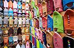 Babouches marocaines de cuir souple dans le Souk, Medina, Marrakech, Maroc, Afrique du Nord, Afrique