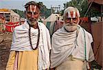 Deux hommes avec Vaishnavite santal tilaks sur leur front, un homme aux cheveux longs uncut, Sonepur bovins équitable, Bihar, Inde, Asie