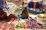Desia Kondh Stammes-Gemüse Marktstand, Frau verkaufen Chilis, Tomaten, Zwiebeln und Kartoffeln, in der Nähe von Rayagada, Orissa, Indien, Asien