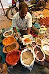 Gewürz-Stand am Desia Kondh Stammes-Markt, Man führte Kurkuma, Kreuzkümmel und Chili-Pulver für Kunden in der Nähe von Rayagada, Orissa, Indien, Asien