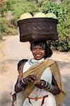 Dunguria Kondh Tribeswoman tragen traditionelle Stammes-Haarspangen und Schmuck, mit Korb von Melonen, Bissam Cuttack, Orissa, Indien, Asien