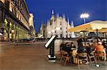 Restaurant à Piazza Duomo, au crépuscule, Milan, Lombardie, Italie, Europe