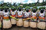 Multicolore habillé et visage peint dames des célébrant la traditionnelle Sing Sing dans les hautes terres de Papouasie Nouvelle Guinée, Pacifique