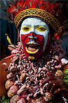 Multicolore habillé et visage peint des tribus locales célébrant le traditionnel Sing Sing, Mount Hagen, de hautes terres de Papouasie-Nouvelle Guinée