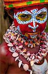 Multicolore habillé et visage peint enfant célébrant la traditionnelle Sing Sing dans les hautes terres de Papouasie Nouvelle Guinée, Pacifique