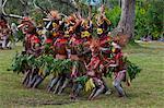 Colourful habillé et font face à des tribus locales peints célébrant la traditionnelle Sing Sing Paya, Papouasie-Nouvelle Guinée, Mélanésie, Pacifique