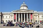 Visiteurs et touristes en dehors de la National Gallery, Trafalgar Square, Londres, Royaume-Uni, Europe