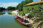 Binnenschiff für Touristen, Le Somail, Schifffahrt auf dem Canal du Midi, zwischen Carcassone und UNESCO-Weltkulturerbe von Beziers, Aude, Languedoc-Roussillon, Frankreich, Europa