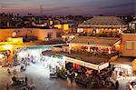 Vue sur la place du marché au crépuscule, la Place Jemaa El Fna, Marrakech, Maroc, Afrique du Nord, Afrique